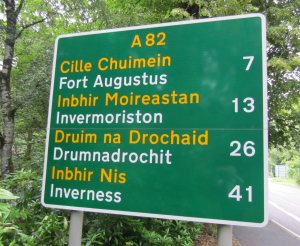 A road sign in Scottish Gaelic and English.